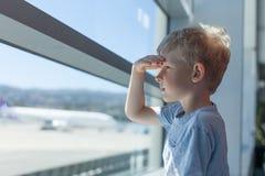 Jongen bij de luchthaven Stock Afbeeldingen