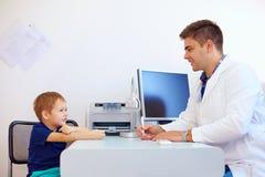 Jongen bij de pediater arts, psycholoog Stock Foto's