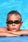 Jongen bij de pool Stock Foto's