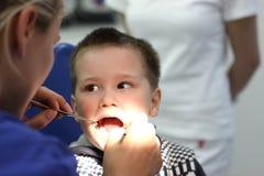 Jongen bij de tandarts Stock Foto