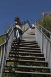 Jongen bij het beklimmen van berg Stock Afbeeldingen