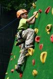 Jongen bij het beklimmen van muur Stock Fotografie