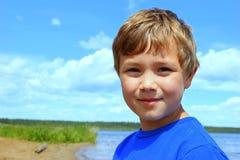 Jongen bij het meer Stock Foto's