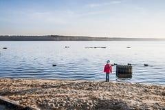 Jongen bij het meer Stock Afbeeldingen