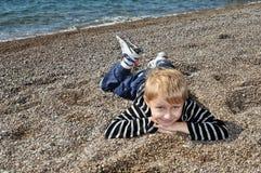 Jongen bij het strand Stock Afbeelding