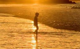Jongen bij het strand Stock Foto's