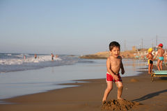 Jongen bij het strand Royalty-vrije Stock Foto's