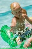 Jongen bij het zwembad Stock Foto's