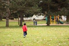 Jongen bij park stock fotografie