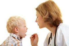 Jongen bij pediatrist Stock Fotografie