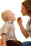 Jongen bij pediatrist Stock Foto's