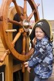 Jongen bij schepenwiel Royalty-vrije Stock Afbeeldingen