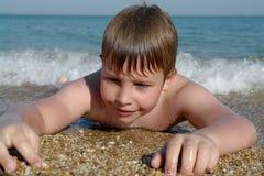 Jongen bij Strand Stock Foto's