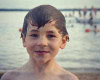 Jongen bij strand Stock Afbeeldingen