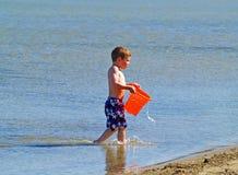 Jongen bij strand Stock Afbeelding