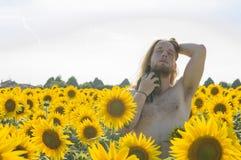 Jongen bij zonnebloemengebied stock fotografie