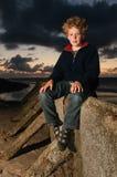 Jongen bij zonsondergang Royalty-vrije Stock Foto's