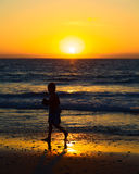 Jongen bij Zonsondergang op het Strand in Mancora, Peru Royalty-vrije Stock Afbeelding