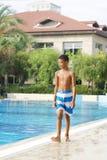 Jongen bij zwembad Royalty-vrije Stock Afbeeldingen