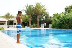 Jongen bij zwembad Stock Foto