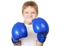 Jongen in blauwe die bokshandschoenen, op witte achtergrond wordt geïsoleerd Stock Fotografie