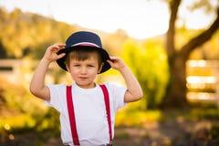 Jongen in blauwe hoed Stock Afbeeldingen
