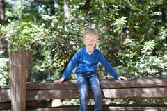 Jongen in bos Royalty-vrije Stock Afbeelding