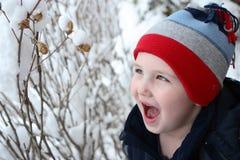 Jongen buiten in sneeuw Royalty-vrije Stock Fotografie
