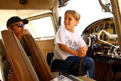Jongen in cockpit van privé vliegtuig Royalty-vrije Stock Afbeeldingen
