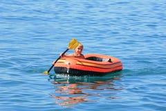 Jongen in de boot Stock Afbeeldingen