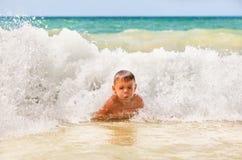 Jongen in de golven Royalty-vrije Stock Afbeelding