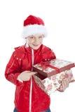 Jongen in de holding van de Kerstmishoed huidig over whit Stock Afbeelding