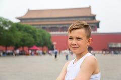 Jongen in de Keizer Verboden Stad in Peking Stock Foto