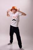 Jongen in de oranje hoed Stock Foto's