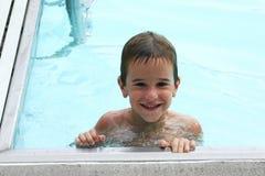 Jongen in de pool Stock Foto
