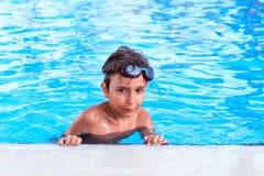 Jongen in de pool Stock Afbeelding