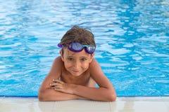 Jongen in de pool Royalty-vrije Stock Afbeeldingen