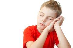 Jongen in de slaap van het sportenoverhemd op zijn handen Stock Fotografie