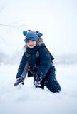 Jongen in de sneeuw Stock Foto's