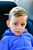 Jongen in de zetel van de kindauto royalty-vrije stock afbeelding