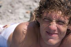 jongen in de zon stock afbeeldingen