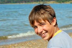 Jongen dichtbij het water Stock Fotografie