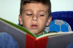 Jongen die 2 leest stock foto