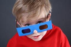 Jongen die 3d glazen draagt Stock Afbeelding