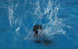 Jongen die aan de pool springen royalty-vrije stock afbeeldingen