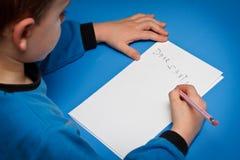 Jongen die aan Kerstman schrijft royalty-vrije stock afbeelding