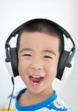 Jongen die aan muziek luistert stock foto