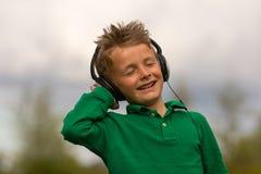 Jongen die aan Muziek luistert royalty-vrije stock foto