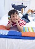 Jongen die aan muziek met hoofdtelefoons luistert Royalty-vrije Stock Foto