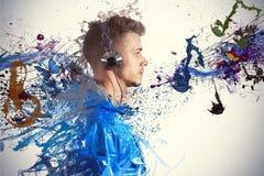 Jongen die aan muziek luisteren Stock Afbeelding